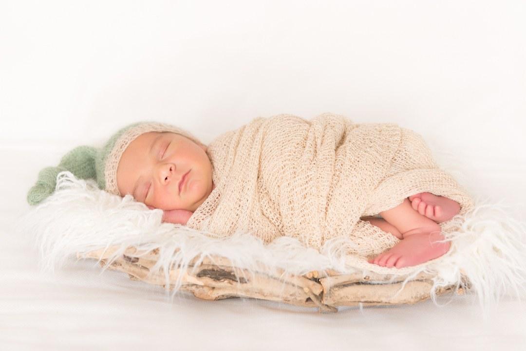 fotográfo de bebés en Gijón. Un recién nacido muy dormilón.